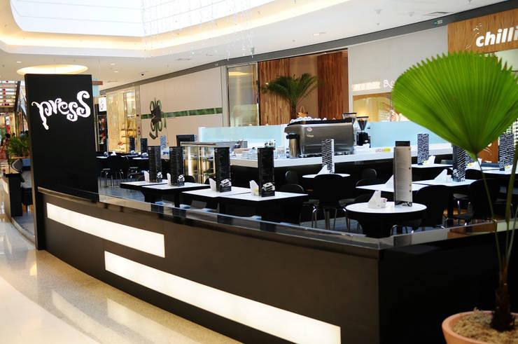 Press Café Barra Shopping Espaços gastronômicos minimalistas por Tellini Vontobel Arquitetura Minimalista