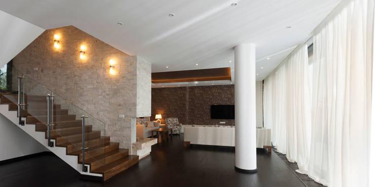 Colun house: Гостиная в . Автор – Didenkül+Partners, Эклектичный