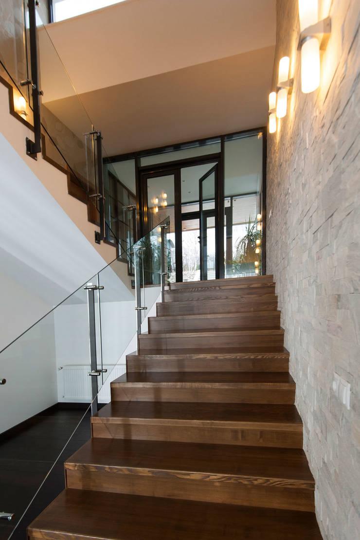 Colun house: Коридор и прихожая в . Автор – Didenkül+Partners, Эклектичный