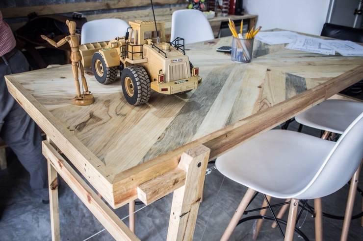 mesa para planos: Oficinas y tiendas de estilo  por INTERIORISMORECICLADO