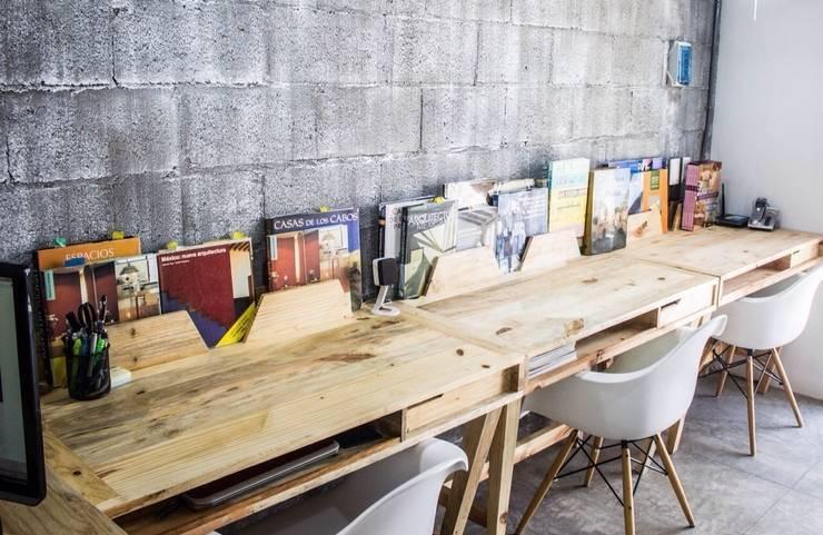 Escritório e loja  por INTERIORISMORECICLADO