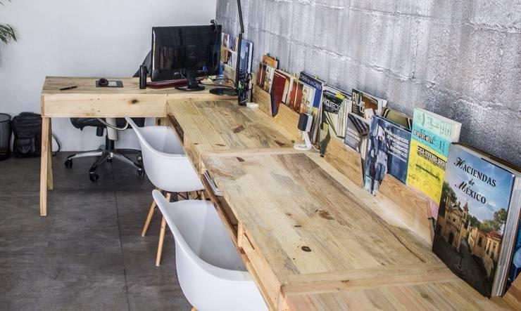 escritorios individuales : Oficinas y tiendas de estilo  por INTERIORISMORECICLADO