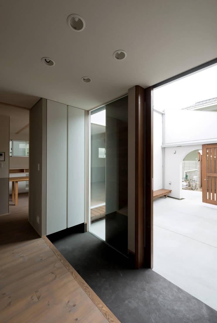 DOG COURTYARD HOUSE: 充総合計画 一級建築士事務所が手掛けた窓です。,地中海