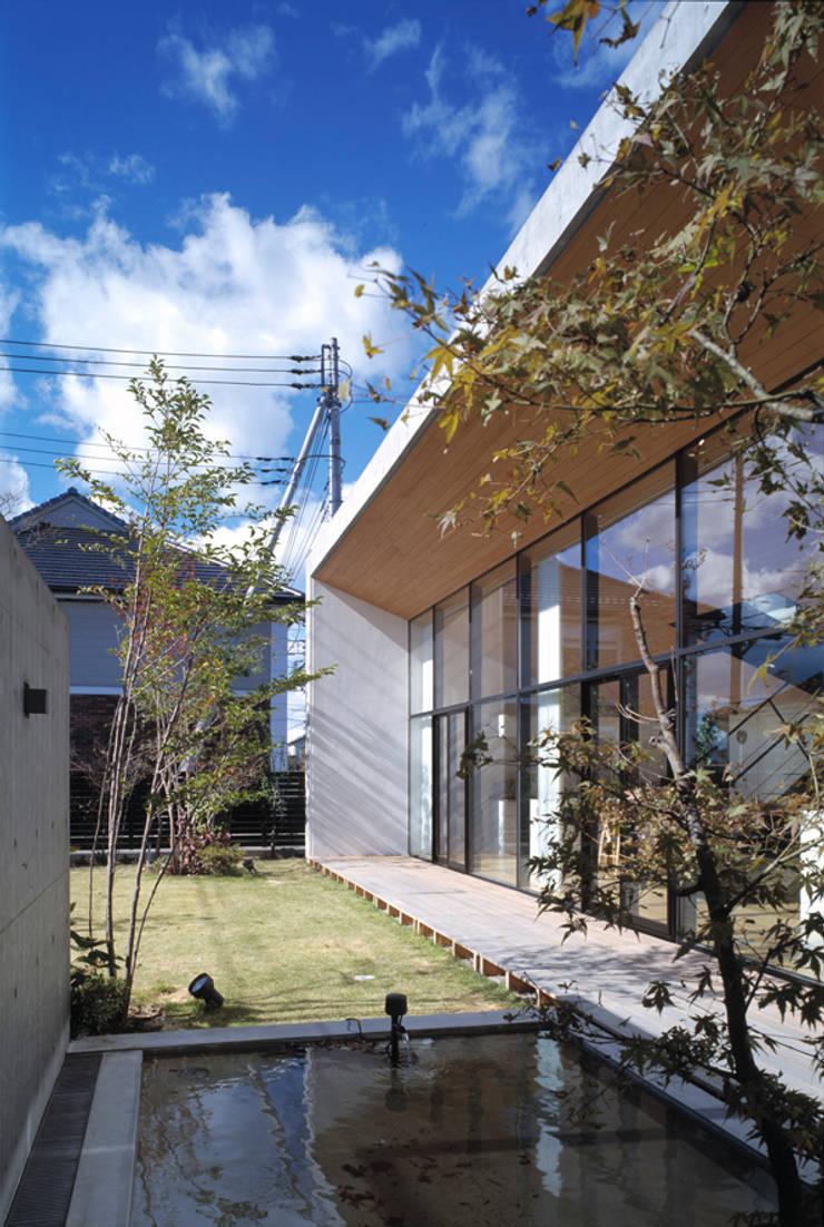 庭 水盤: プライム建築都市研究所が手掛けた庭です。