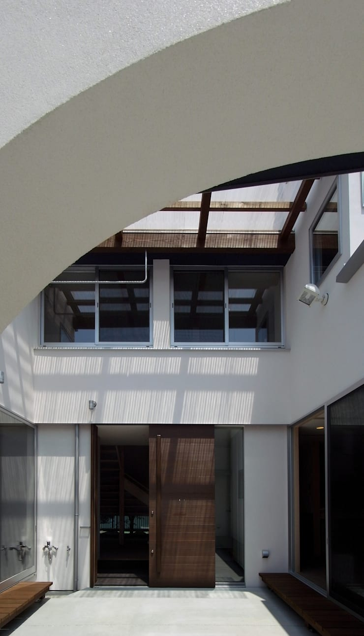 DOG COURTYARD HOUSE: 充総合計画 一級建築士事務所が手掛けた庭です。,地中海