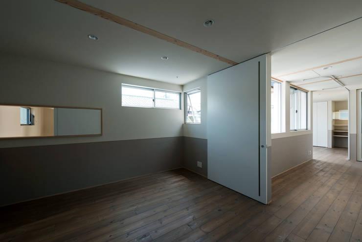 DOG COURTYARD HOUSE: 充総合計画 一級建築士事務所が手掛けた寝室です。