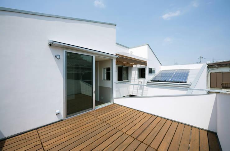 DOG COURTYARD HOUSE: 充総合計画 一級建築士事務所が手掛けたテラス・ベランダです。