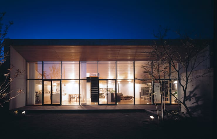 外観 夜景: プライム建築都市研究所が手掛けた家です。