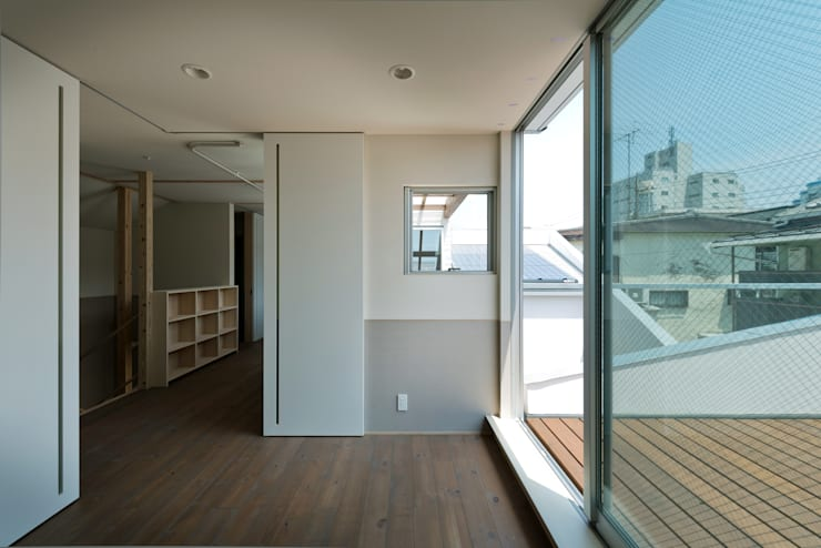 DOG COURTYARD HOUSE: 充総合計画 一級建築士事務所が手掛けたリビングです。,モダン