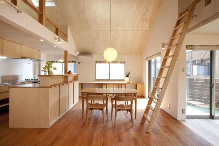 Soggiorno in stile in stile Scandinavo di 光風舎1級建築士事務所