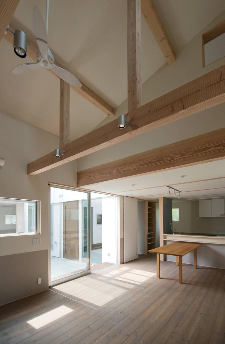 DOG COURTYARD HOUSE: 充総合計画 一級建築士事務所が手掛けたダイニングです。,モダン