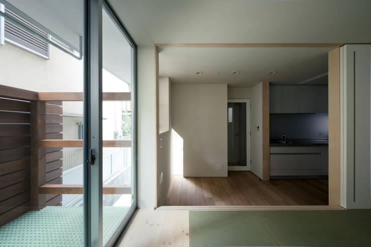 ENCLOSE: 充総合計画 一級建築士事務所が手掛けたリビングです。