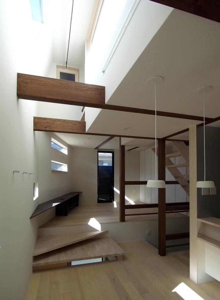 FORT: 充総合計画 一級建築士事務所が手掛けたリビングです。,モダン