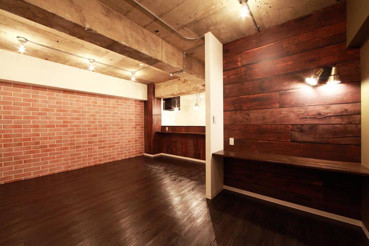 BROOKLYN LIFE: 株式会社クラスコデザインスタジオが手掛けたリビングです。