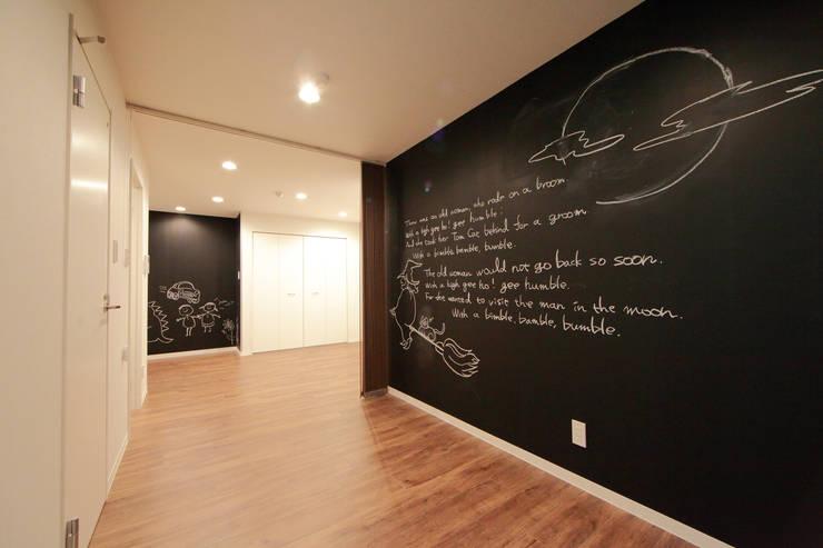 CHILD'S MIND LIFE: 株式会社クラスコデザインスタジオが手掛けたリビングです。