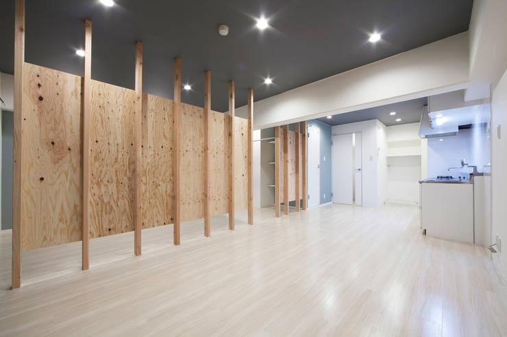 SMOOTHLY LIFE: 株式会社クラスコデザインスタジオが手掛けたリビングです。