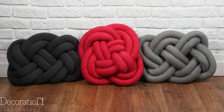 """Poduszki """"Kolorowe zapętlone"""": styl , w kategorii Salon zaprojektowany przez Decoration Laboratory"""