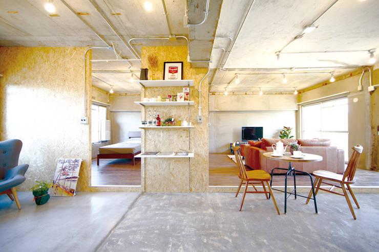 ANTIQUE MATERIAL LIFE TYPE DOMA × BROWN WOOD: 株式会社クラスコデザインスタジオが手掛けたリビングです。