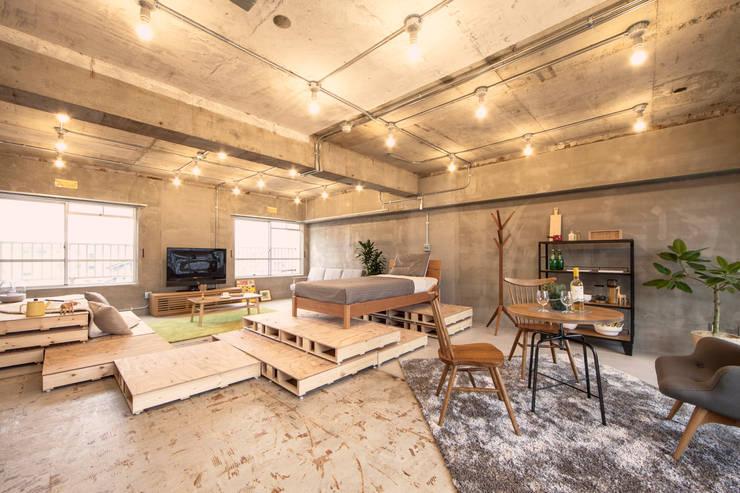 パレットとベッドを重ねて空中浮遊気分??: 株式会社クラスコデザインスタジオが手掛けたリビングです。