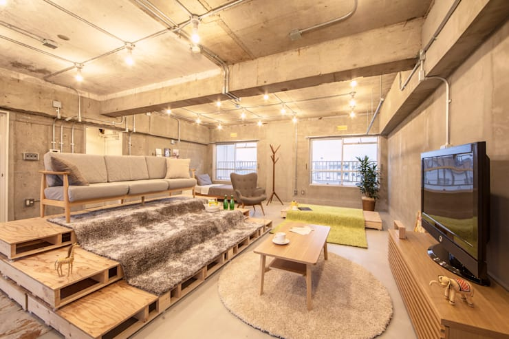 パレットとソファを組み合わせてスタジアム風に: 株式会社クラスコデザインスタジオが手掛けたリビングです。
