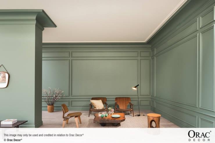 Molduras, cornisas  y zócalos de la firma Orac Decor que crean ambientes diferentes.: Salones de estilo  de Exxent Decor