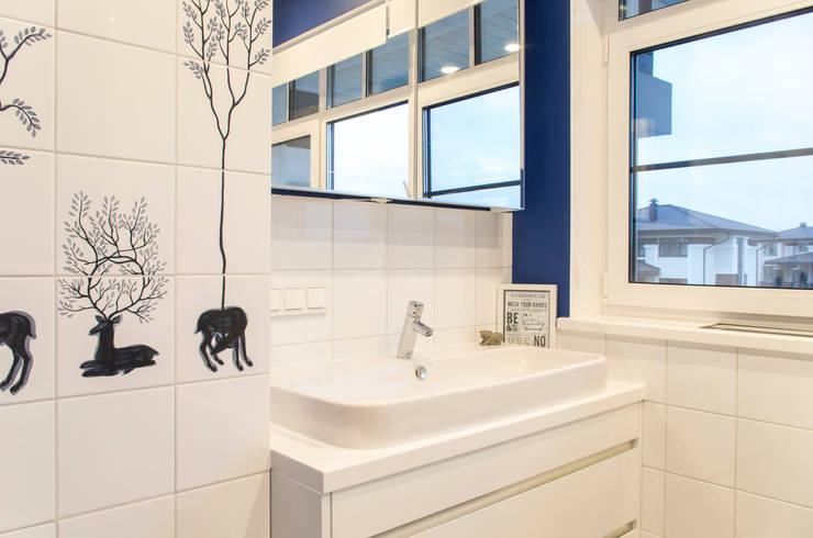 Дом в КП Онегин Парк: Ванные комнаты в . Автор – projectorstudio
