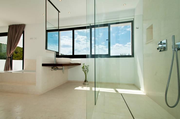 Can Pep de Sa Guaita: Baños de estilo moderno de Ivan Torres Architects