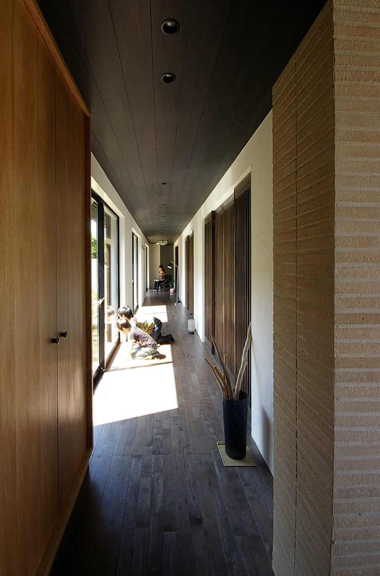 堺市の住宅 / 縁側のある家: 一級建築士事務所アールタイプが手掛けた廊下 & 玄関です。