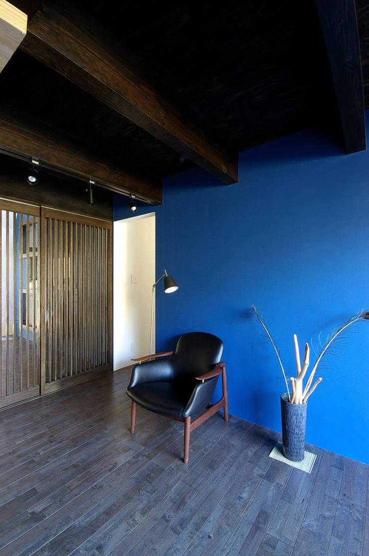 堺市の住宅 / 縁側のある家: 一級建築士事務所アールタイプが手掛けた壁です。,