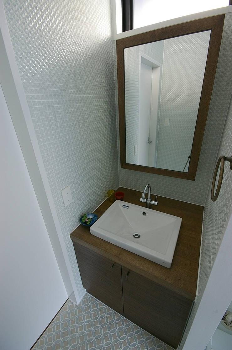 堺市の住宅 / 縁側のある家: 一級建築士事務所アールタイプが手掛けた浴室です。