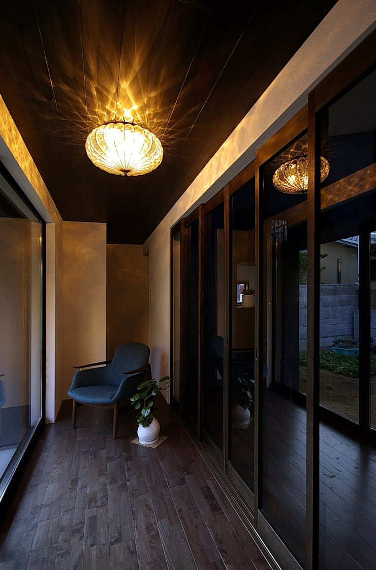 堺市の住宅 / 縁側のある家: 一級建築士事務所アールタイプが手掛けたリビングです。
