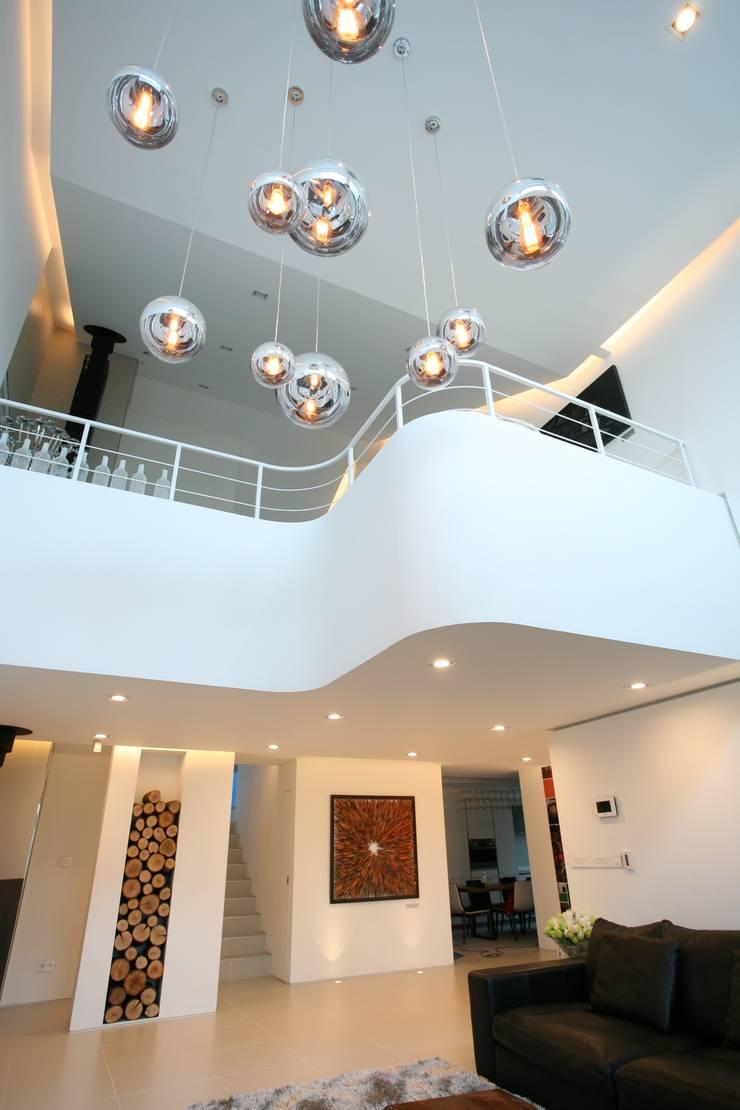 GALLERY HOUSE   미술가의 집: HBA-rchitects의  거실,미니멀