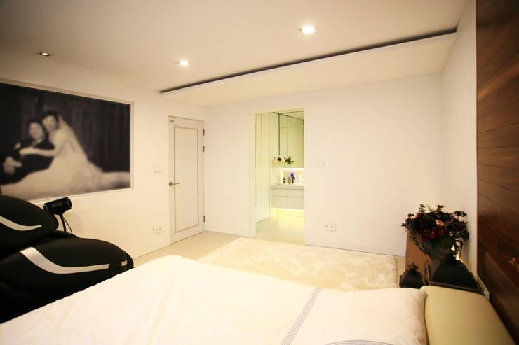 GALLERY HOUSE   미술가의 집: HBA-rchitects의  침실,미니멀
