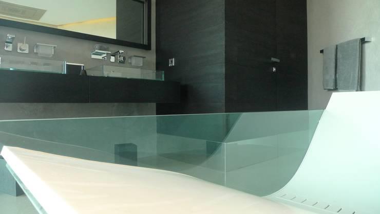 Vivienda en Roca Llisa, Ibiza: Baños de estilo minimalista de Ivan Torres Architects