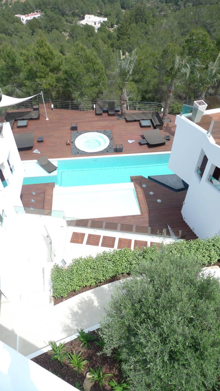 Vivienda en Roca Llisa, Ibiza: Piscinas de estilo  de Ivan Torres Architects
