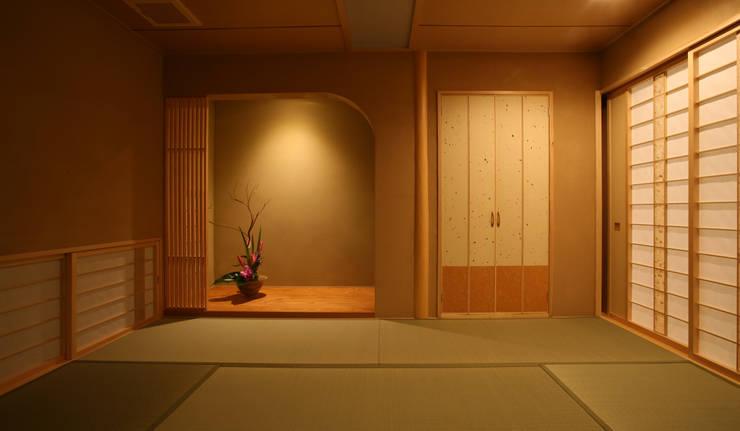 和室 (客間・寝室・小宴会): 吉田設計+アトリエアジュールが手掛けたリビングです。