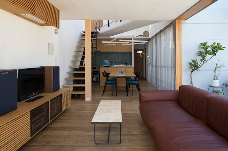LDK2: アトリエ・ブリコラージュ一級建築士事務所が手掛けたリビングです。