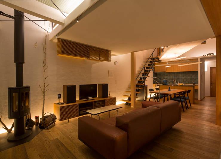 リビング: アトリエ・ブリコラージュ一級建築士事務所が手掛けたリビングです。