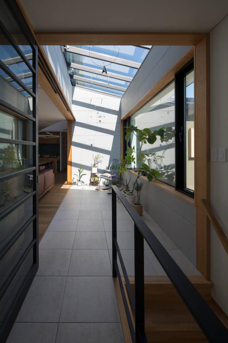 アトリウム: アトリエ・ブリコラージュ一級建築士事務所が手掛けた和室です。
