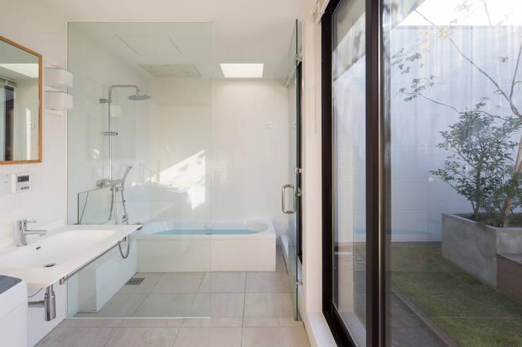 バスルーム: アトリエ・ブリコラージュ一級建築士事務所が手掛けた浴室です。