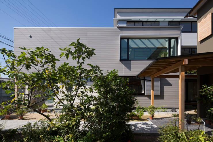 外観: アトリエ・ブリコラージュ一級建築士事務所が手掛けた庭です。