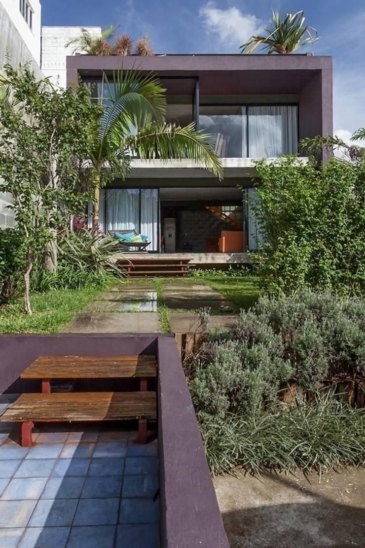 Residência Bandeiras: Casas  por ARKITITO,Moderno