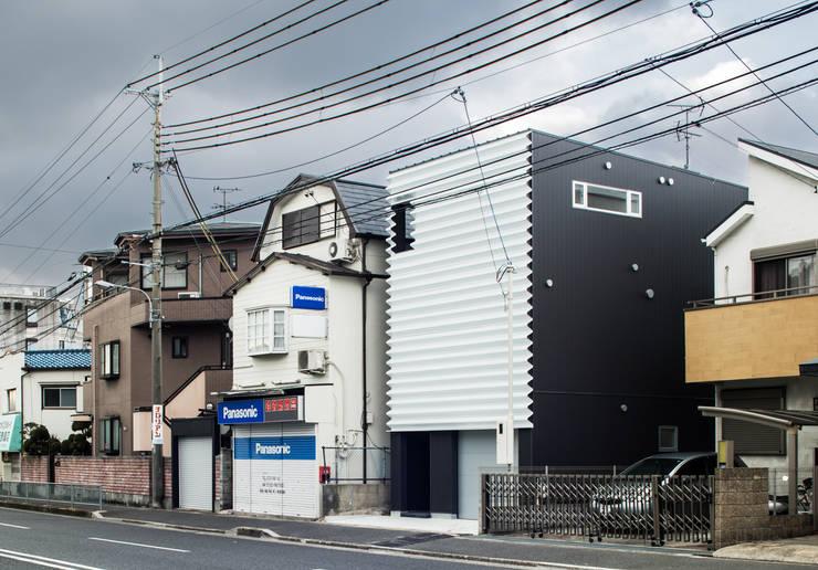 外観: 田中幸実建築アトリエが手掛けた窓&ドアです。