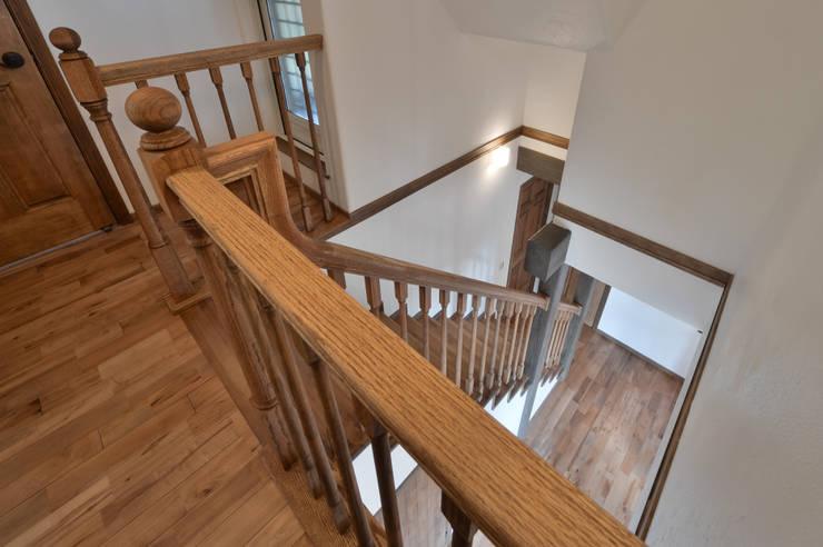 北欧のテイストを取り入れたお家・*: 株式会社 盛匠が手掛けた廊下 & 玄関です。,
