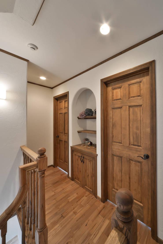 北欧のテイストを取り入れたお家・*: 株式会社 盛匠が手掛けた廊下 & 玄関です。