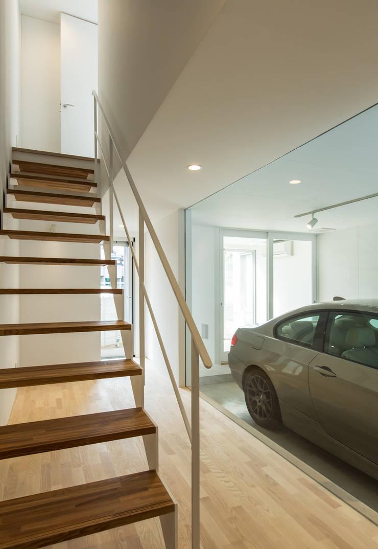 1階玄関と階段: 田中幸実建築アトリエが手掛けた玄関&廊下&階段です。
