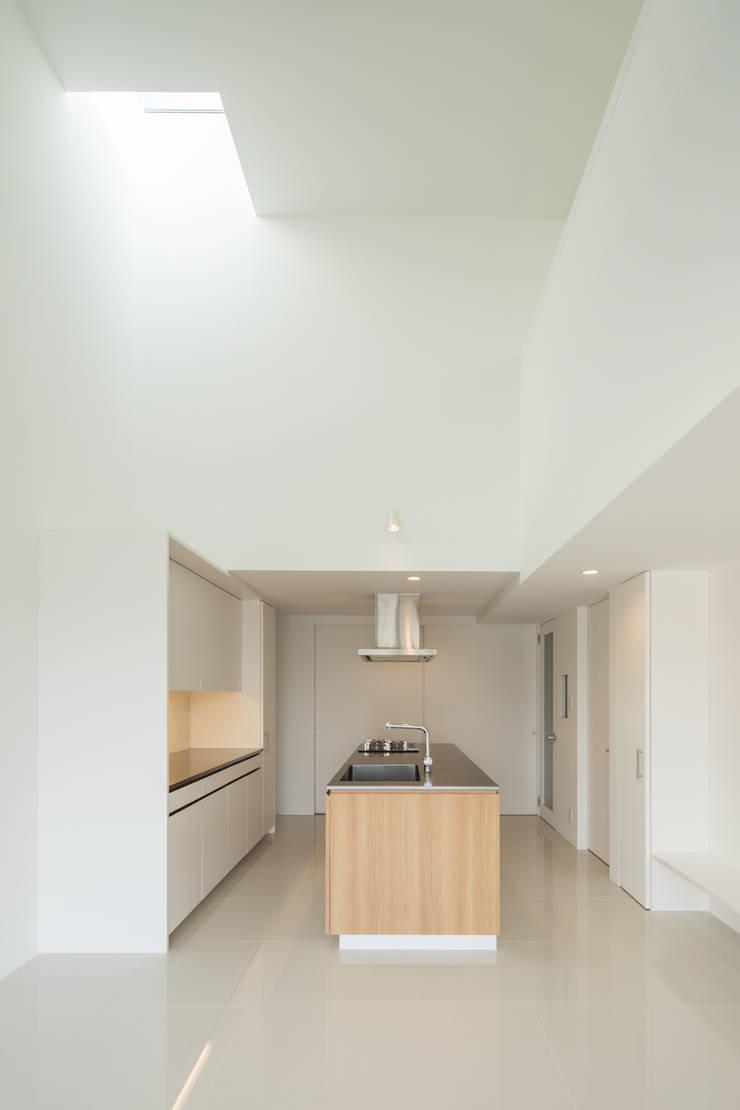 2階キッチン: 田中幸実建築アトリエが手掛けたキッチンです。