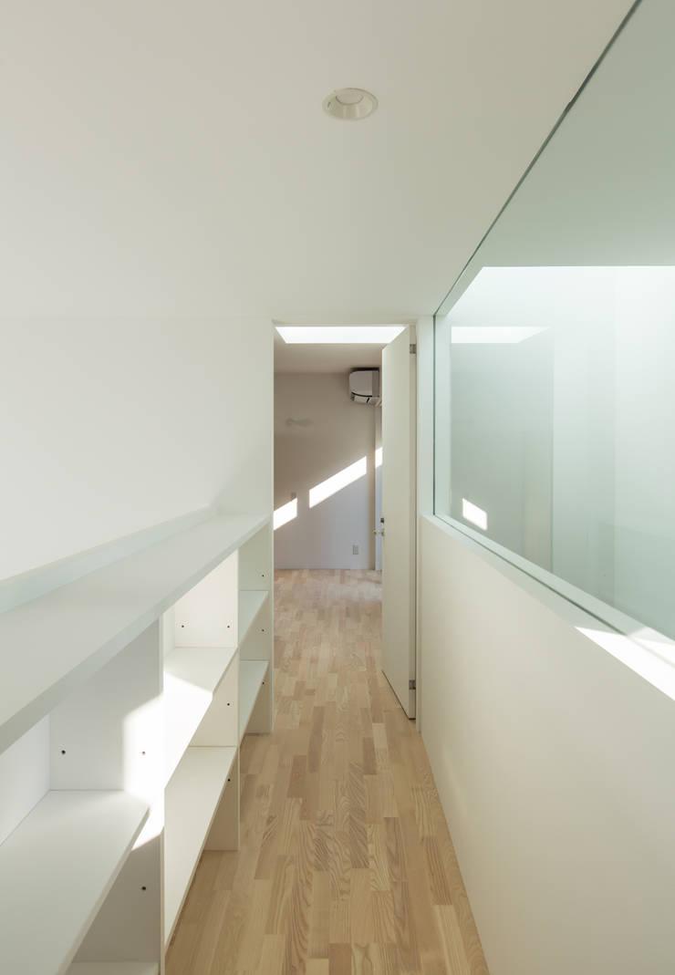 3階渡り廊下: 田中幸実建築アトリエが手掛けた玄関&廊下&階段です。