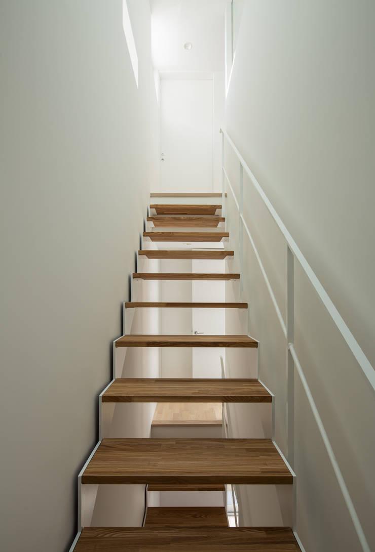 階段: 田中幸実建築アトリエが手掛けた玄関&廊下&階段です。