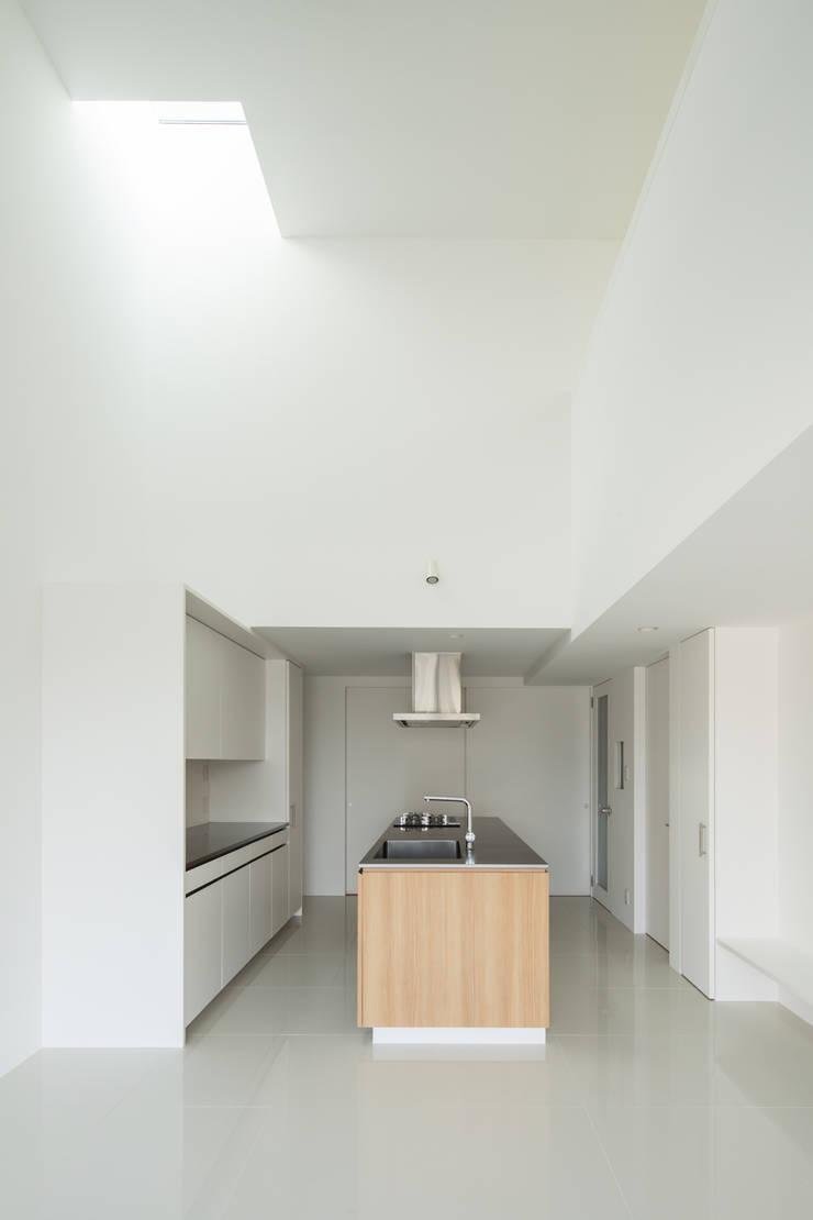 キッチン上の吹き抜け: 田中幸実建築アトリエが手掛けたキッチンです。